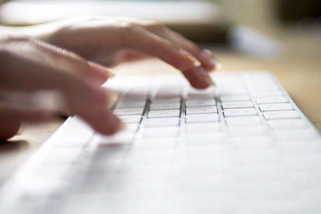 Archivo - Internet, internauta, teclado, conexión a internet, oficina, trabajar, teletrabajo, ordenador, red.