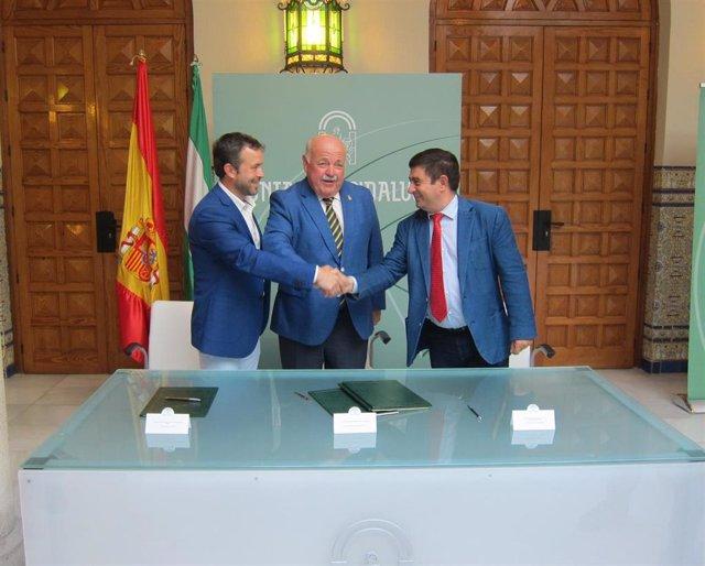 Archivo - Imagen de archivo de la firma del protocolo de cesión de terrenos para la Ciudad Sanitaria de Jaén.