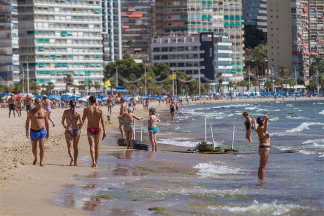 Archivo - Varias personas pasean por la Playa de Levante de Benidorm durante el Día Mundial del Turismo 2020, en Benidorm, Alicante, Comunidad Valenciana (España) a 27 de septiembre de 2020