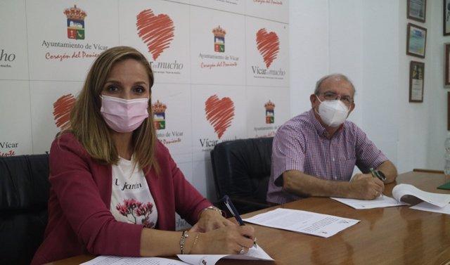 La delegada de la Junta en Almería, Maribel Sánchez, y el alcalde de Vícar, Antonio Bonilla, firman un acuerdo de colaboración.