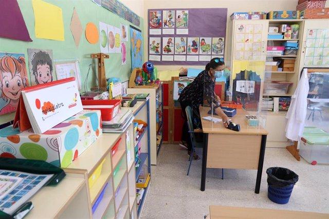 Archivo - Una profesora prepara la documentación del inicio del curso escolar en foto de archivo.
