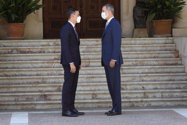 El Rey Felipe VI (d) recibe en el Palacio de Marivent al presidente del Gobierno, Pedro Sánchez (i), a 3 de agosto de 2021, en Palma de Mallorca, Mallorca, (España). Se trata del tradicional encuentro que el monarca realiza con el dirigente del Ejecutivo