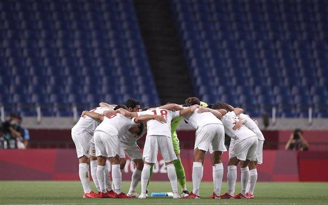 La selección olímpica española antes de la prórroga del partido contra Japón, en semifinales de los Juegos Olímpicos de Tokyo 2020