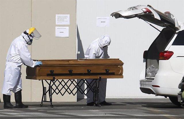 Archivo - Traslado de un ataúd de un fallecido por coronavirus en Santiago de Chile
