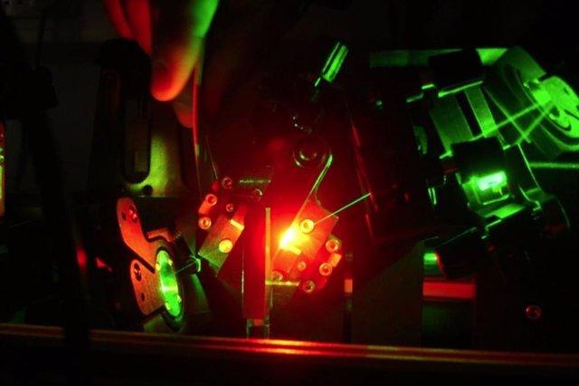 La conversión de luz verde de alta intensidad en longitudes de onda rojas respetuosas con el medio ambiente, dentro del láser Titanium: Sapphire utilizado en el estudio.