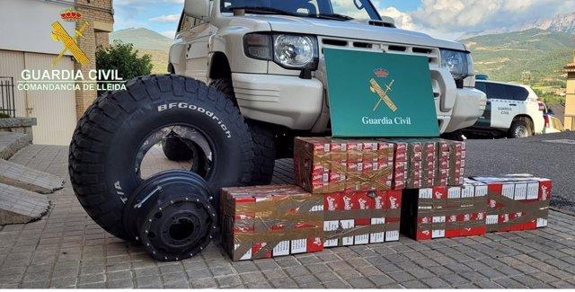 El tabaco interceptado por la Guardia Civil escondido en las ruedas de un todo terreno.
