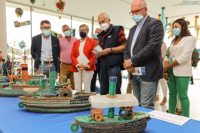 La conselleira do Mar, Rosa Quintana, inaugura una muestra de obras realizadas a partir de residuos recogidos en el litoral