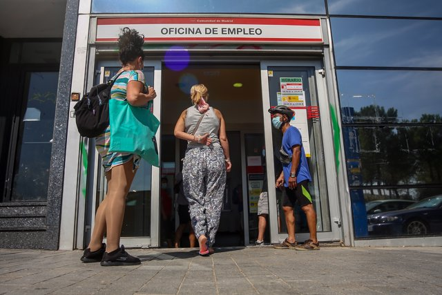 Varias personas esperan a entrar a una oficina del SEPE de Puerta del Ángel,  a 3 de agosto de 2021, en Madrid, (España).