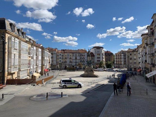 Archivo - Plaza de la Virgen Blanca de Vitoria acordonada para evitar aglomeraciones en agosto de 2020