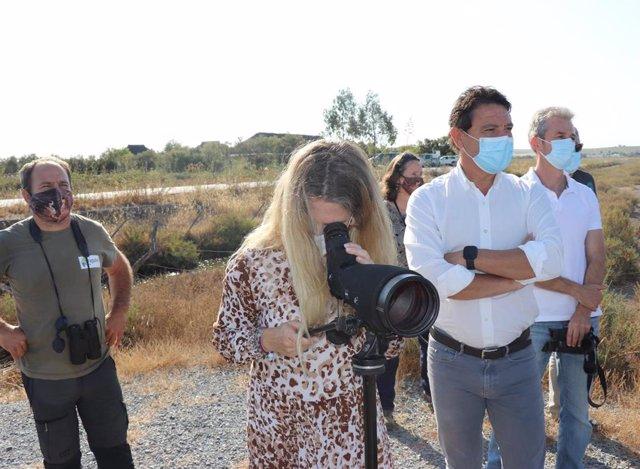 Archivo - La delegada de la Junta en Cádiz, Ana Mestre, durante su visita a los humedales del Bajo Guadalquivir en Trebujena.