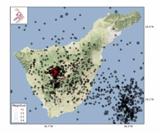 Epicentros de este nuevo enjambre en color rojo, así como los terremotos localizados durante el último año en color negro