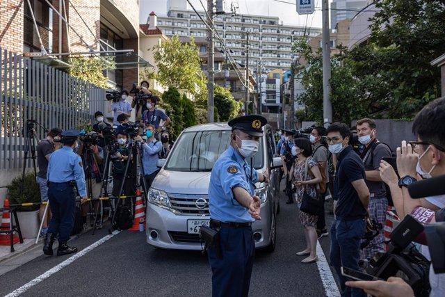La Policía levantan un cordón para los medios de comunicación fuera de la Embajada polaca antes de la salida de un automóvil que se cree que transportaba al atleta bielorruso Krystsina Tsimanouskaya al aeropuerto de Narita.