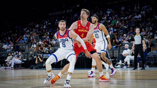 Zach LaVine defiende a Pau Gasol durante el amistoso entre las selecciones de los Estados Unidos y España previo a los Juegos de Tokio