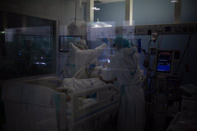 Archivo - Arxiu - Treballadors sanitaris protegits atenen a un pacient en l'Unitat de Vigilància intensiva ?UCI- de l'Hospital del Mar, a Barcelona, Catalunya (Espanya), a 19 de novembre de 2020