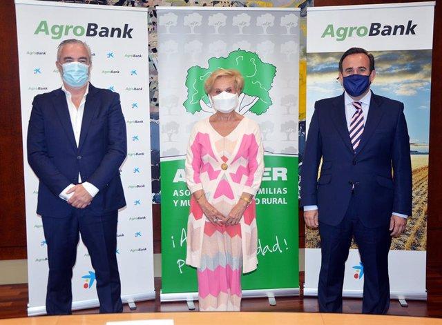 Carmen Quintanilla, presidenta de Afammer, junto con Sergio Gutiérrez y Carlos Seara en representación de CaixaBank en la renovación del acuerdo.
