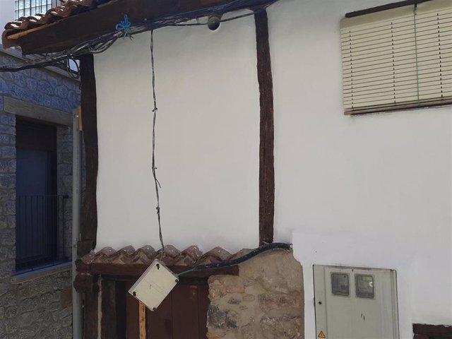 Caja de luz desprendida de una vivienda en Nieva de Cameros