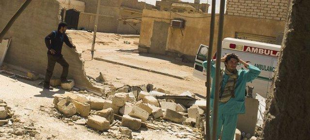 Archivo - Medicos durante una visita a una clínica en la localidad libia de Adjdabiya, que fue destruida en abril de 2021.