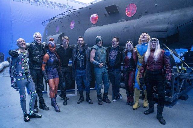 El reparto de El Escuadrón Suicida junto a James Gunn