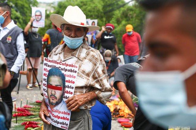 Manifestantes piden justicia por el asesinato de Berta Cáceres en Honduras.