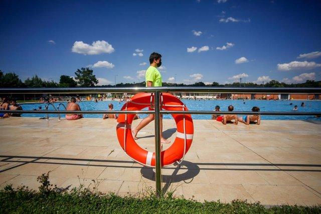 Archivo - Un socorrista en la piscina del Parque Deportivo de Puerta de Hierro, el primer día de apertura de las piscinas para la temporada de verano, a 26 de junio de 2021, en Madrid (España). La Comunidad de Madrid, inaugura la temporada de piscinas est