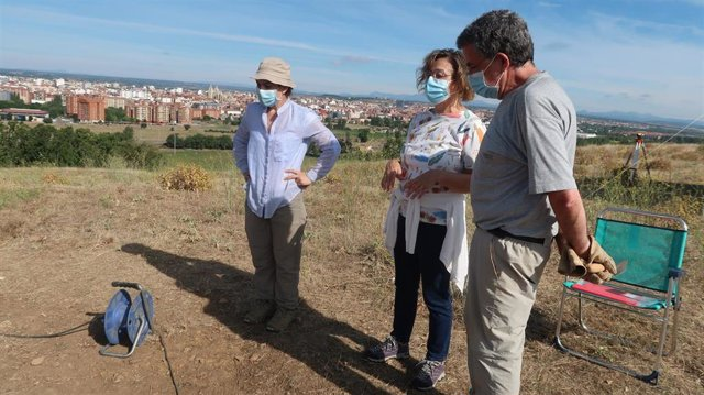 La concejal de Acción y Promoción Cultural, Evelia Fernández, visita las obras de la excavación arqueológica del Castro de los Judíos en Puente Castro.