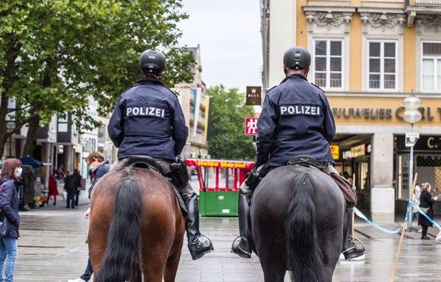 Archivo - Dos agentes de la Policía de Alemania