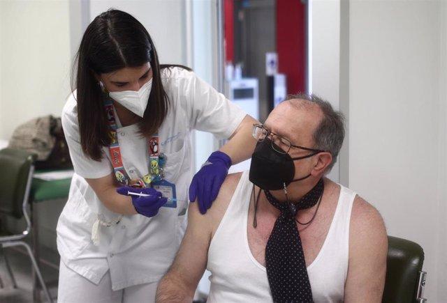 Archivo - Una sanitaria inocula la primera dosis de la vacuna Pzifer a un anciano, en el Hospital Universitario de La Paz, a 12 de abril de 2021, en Madrid (España).