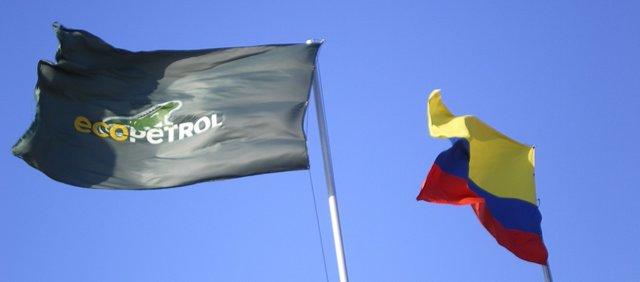 Archivo - Bandera de Ecopetrol y de Colombia