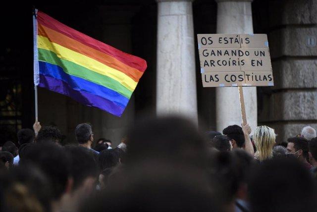 Un joven sostiene una pancarta durante una manifestación para condenar el asesinato del joven Samuel de 24 año sen A Coruña debido a una paliza, a 5 de julio de 2021, en Valencia