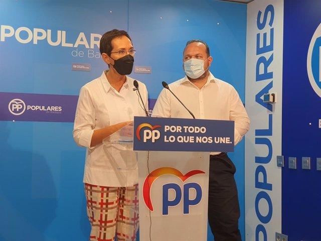 Los concejales del PP de Badajoz María José Solana y Jesús Coslado.