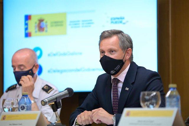 El delegado del Gobierno en Galicia, José Miñones, en rueda de prensa, junto a responsables policiales, para informar sobre el crimen de Samuel Luiz