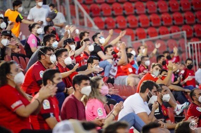 Público con mascarilla en el Visit Mallorca Estadi.