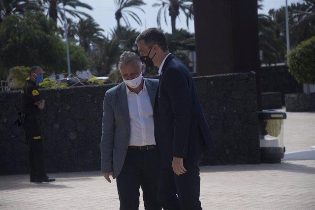 Archivo - El presidente de Canarias, Ángel Víctor Torres, recibe al presidente del Gobierno, Pedro Sánchez, en el verano de 2020 cuando Sánchez también optó por Lanzarote para pasar unos días de descanso