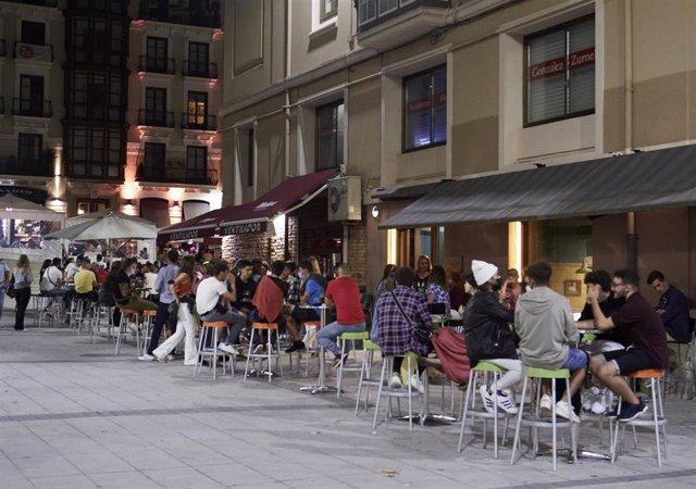 Archivo - Ambiente en una calle de bares de Santander