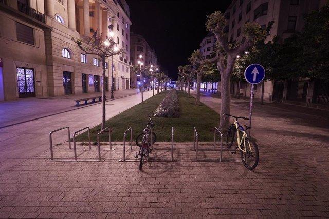 Archivo - Avenida Carlos III vacia alrededor de la media noche el mismo día que Tribunal Superior de Justicia de Navarra (TSJN) ha denegado el toque de queda nocturno decretado por el Gobierno de Navarra, a 12 de mayo de 2021, en Pamplona, Navarra (España