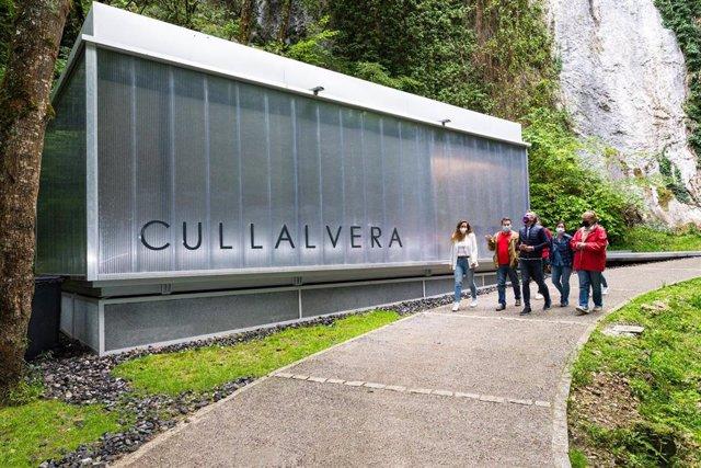 El vicepresidente y consejero de Universidades, Igualdad, Cultura y Deporte, Pablo Zuloaga, inaugura el centro de visitantes de la cueva de Cullalvera