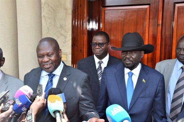 Archivo - Salva Kiir (d) y Riek Machar (i)