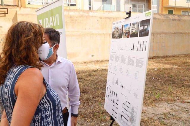 La presidenta del Govern, Francina Armengol, visita el solar del edificio que permitirá la construcción sostenible de 25 nuevas viviendas sociales