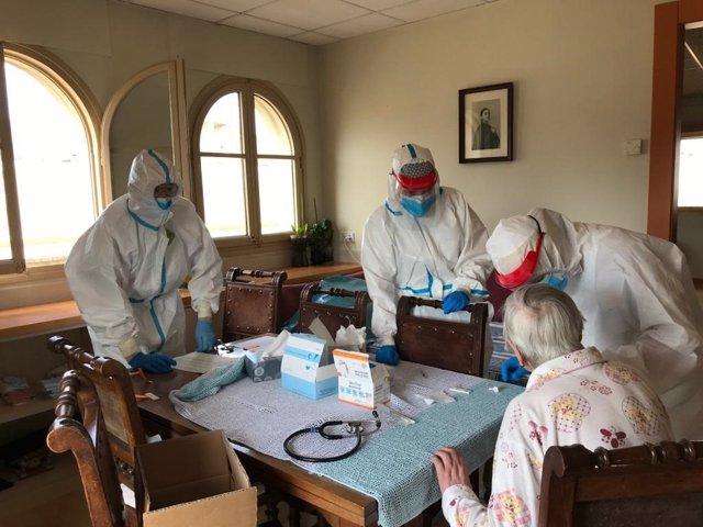 Archivo - Arxiu - Professionals de l'atenció primària visiten usuaris de residències de Girona