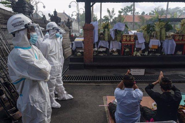 Trabajadores con equipos de protección popular en Indonesia.