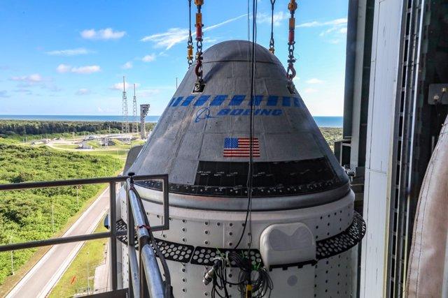 Nave Starliner en lo alto del cohete Atlas