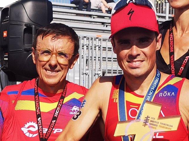 José Hidalgo, presidente de la FETRI, y el triatleta español Javier Gómez Noya