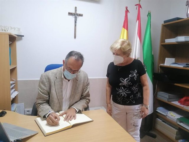 El delegado territorial de Turismo, Vicente García Egea, firma el libro de honor del Ayuntamiento de Laroya.