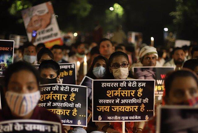 Protestas en Nueva Delhi por el asesinato y la cremación forzada de una niña de 9 años, que se sospecha pudo haber sido violada.