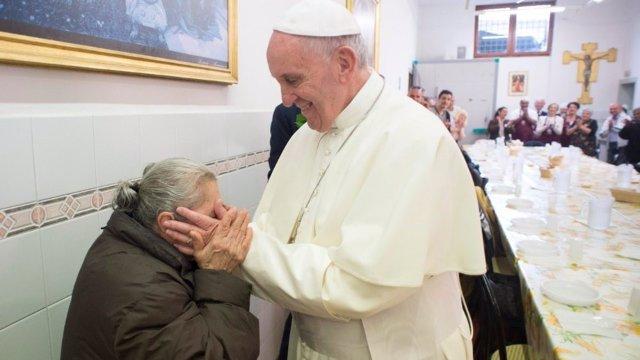 El Papa Francisco durante una comida con personas pobres de Roma.