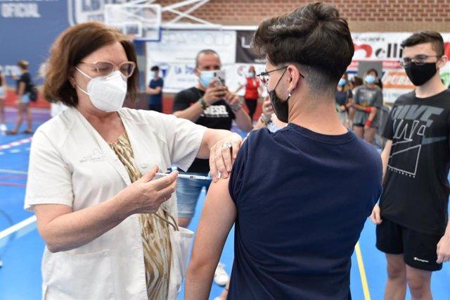 Un joven recibe la primera dosis de la vacuna Moderna en el Pabellón Jara Carrillo, a 3 de agosto de 2021, en Alcantarilla, Murcia (España).