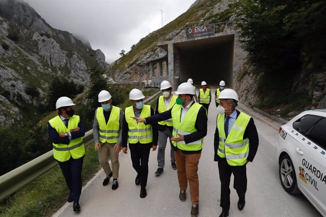 El presidente del Principado, Adrián Barbón, ha visitado esta tarde los trabajos en la carretera de Sotres.