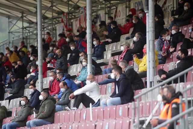 Archivo - Arxiu - Varis afeccionats, en les graderies de l'estadi Ángel Carro, durant un partit de Segona Divisió entre el Club Esportiu Lugo i el Mirandés, a 15 de maig de 2021, a Lugo, Galícia (Espanya). Est és un dels primers partits de futbol celebra
