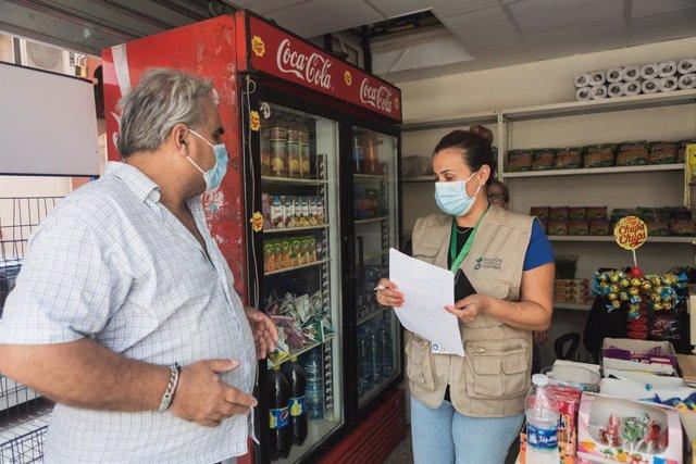 Una trabajadora de Acción contra el Hambre dando apoyo a un comercio pequeño en Líbano.