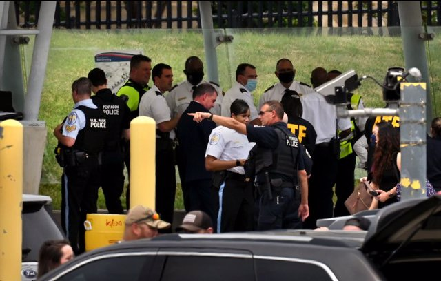 03 August 2021, US, Washington: Police and officials stand near the scene of a violent incident outside the Pentagon building where the exact circumstances of the shooting are still unclear. Photo: Carol Guzy/ZUMA Press Wire/dpa